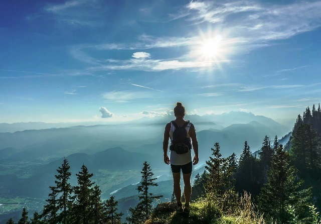 hiker-918473_1280.jpg